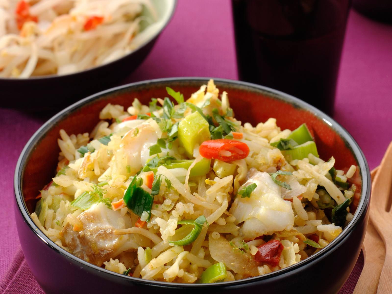 Nasi met gewokte kabeljauw, limoen en koriander