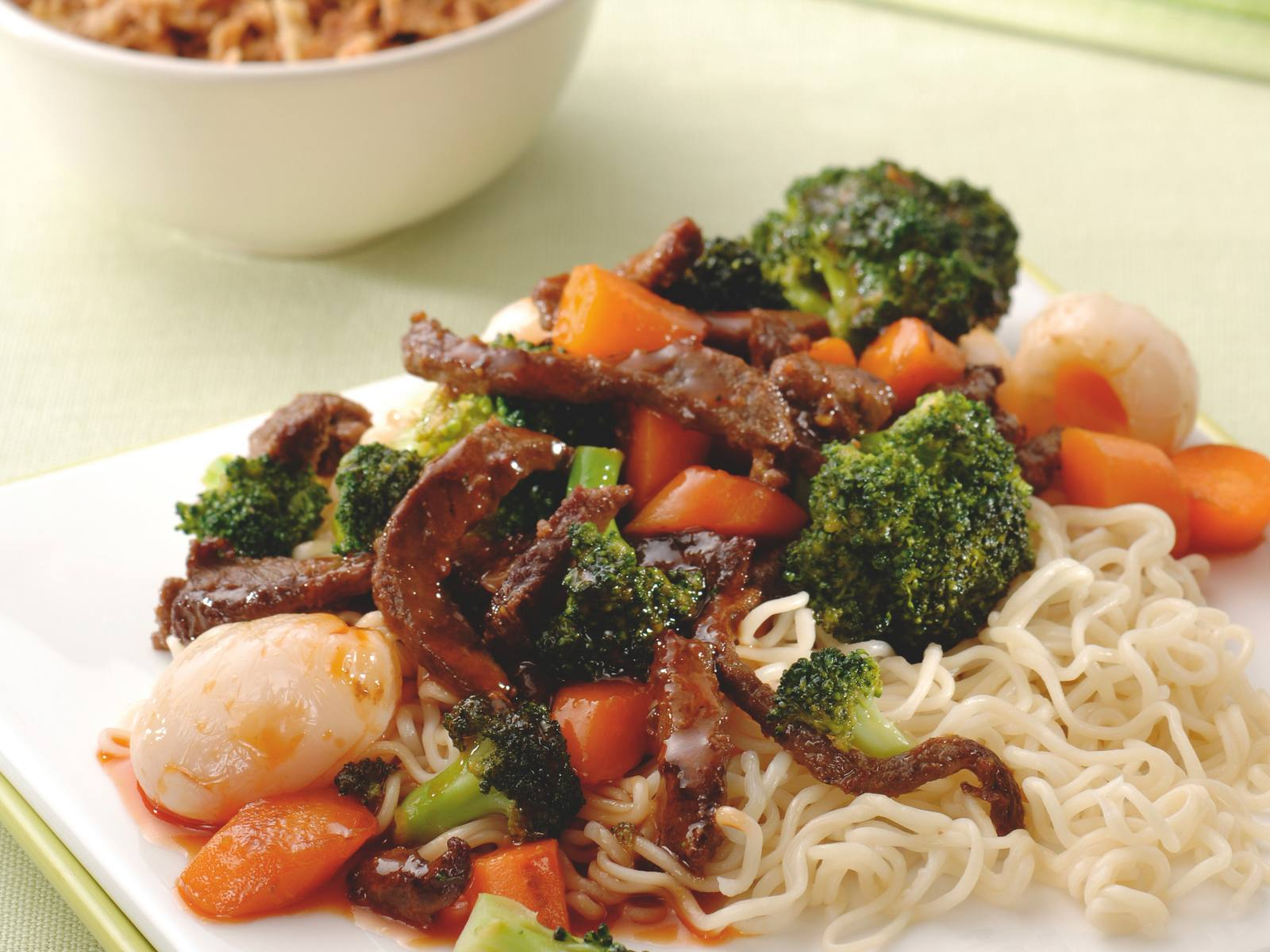 Chinese vleesreepjes met lychees, groenten en noedels