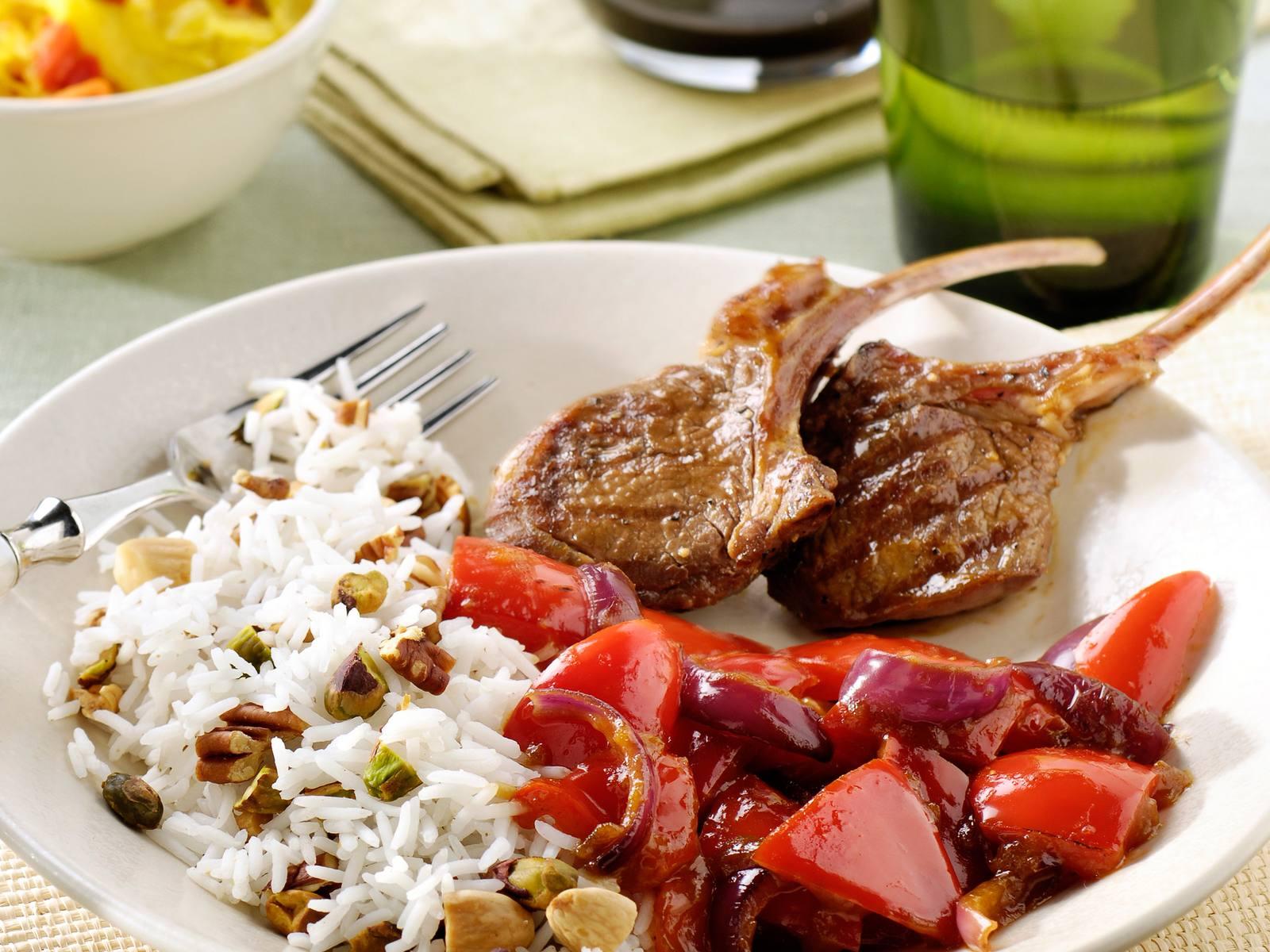 Sajoer boontjes met paprika, gegrilde lamskoteletjes en notenrijst