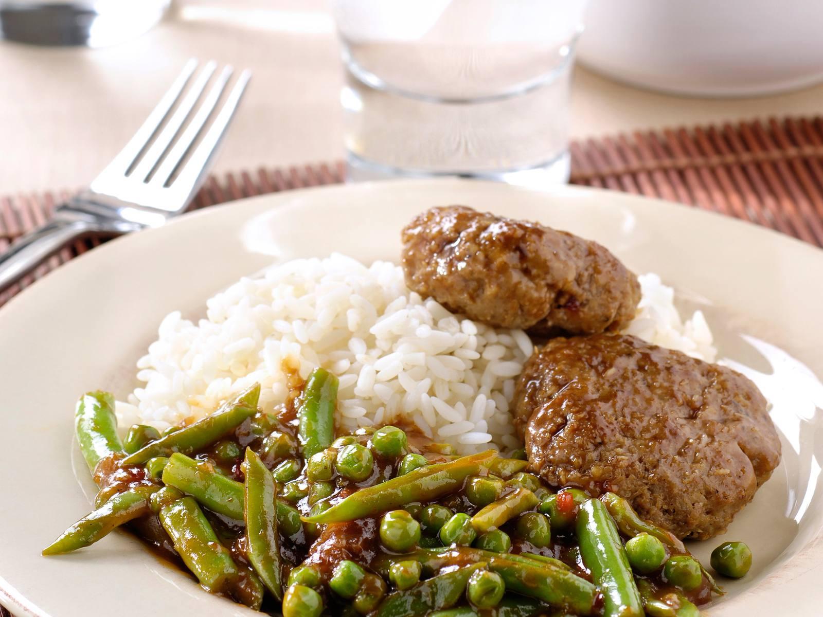 Sajoer gemengde boontjes met gehaktkoekjes en rijst