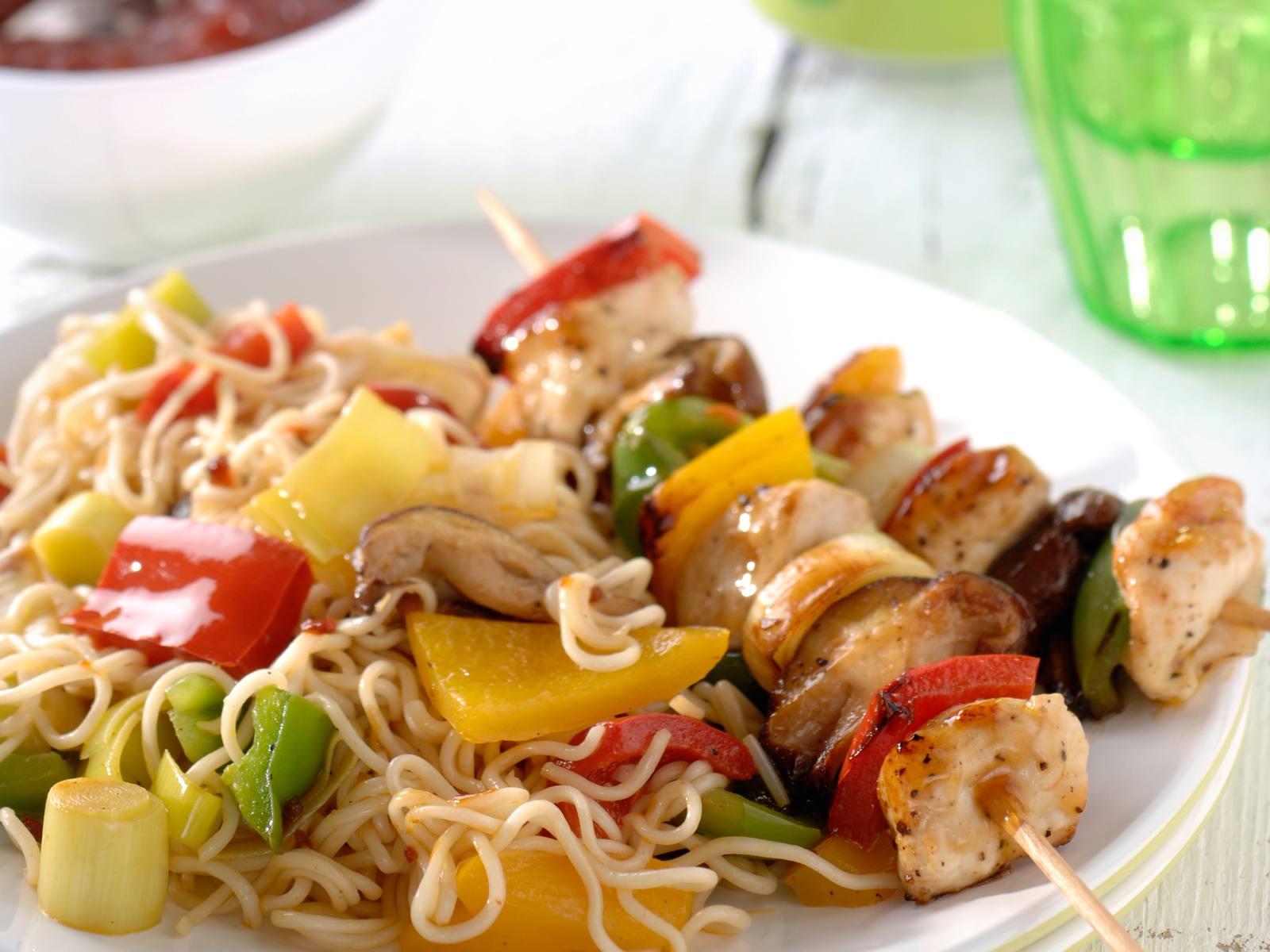 Chinese BBQ spiesjes met gewokte groentenoedels