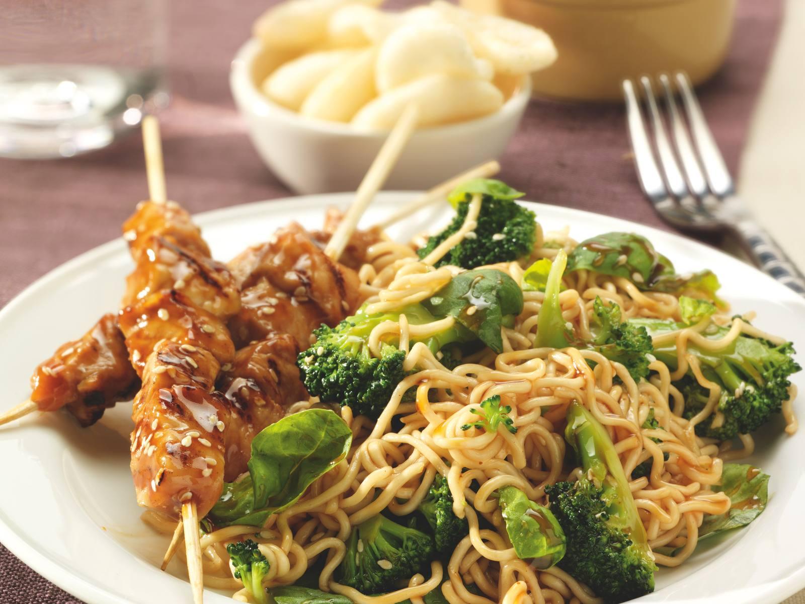 Saté met soja sesam noedels en broccoli