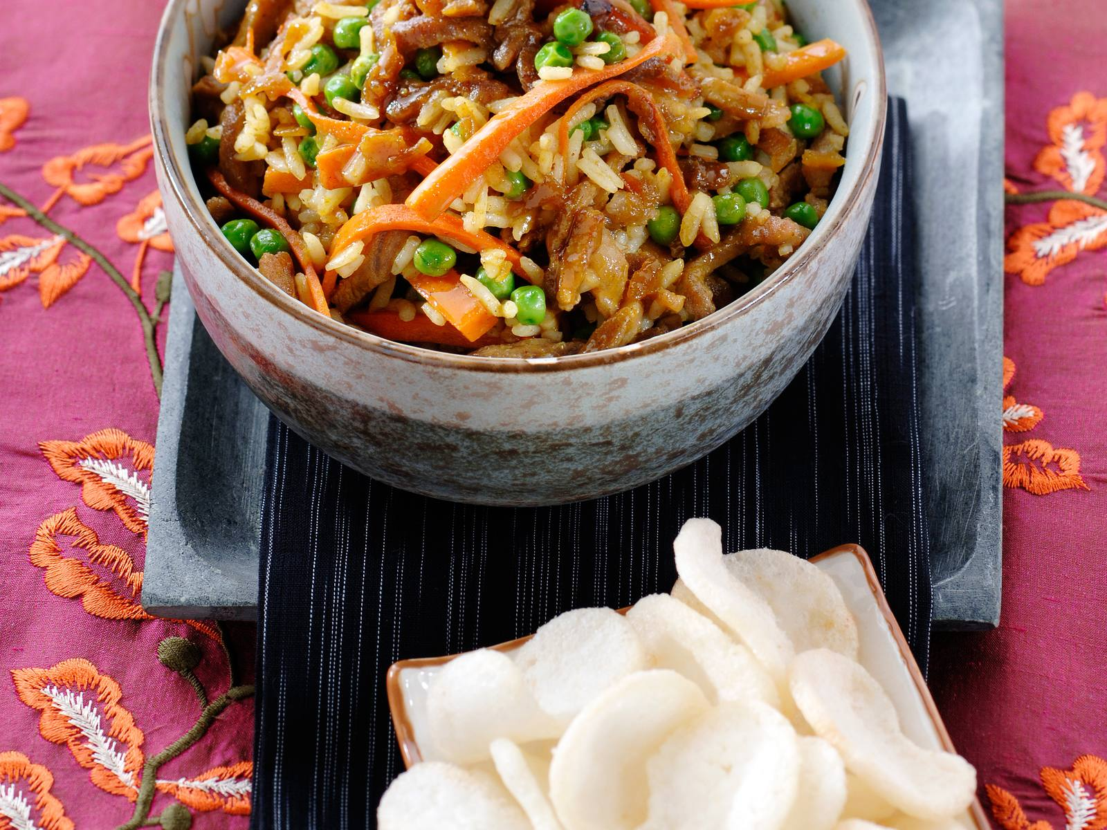 Nasi Goreng met wortel en doperwtjes