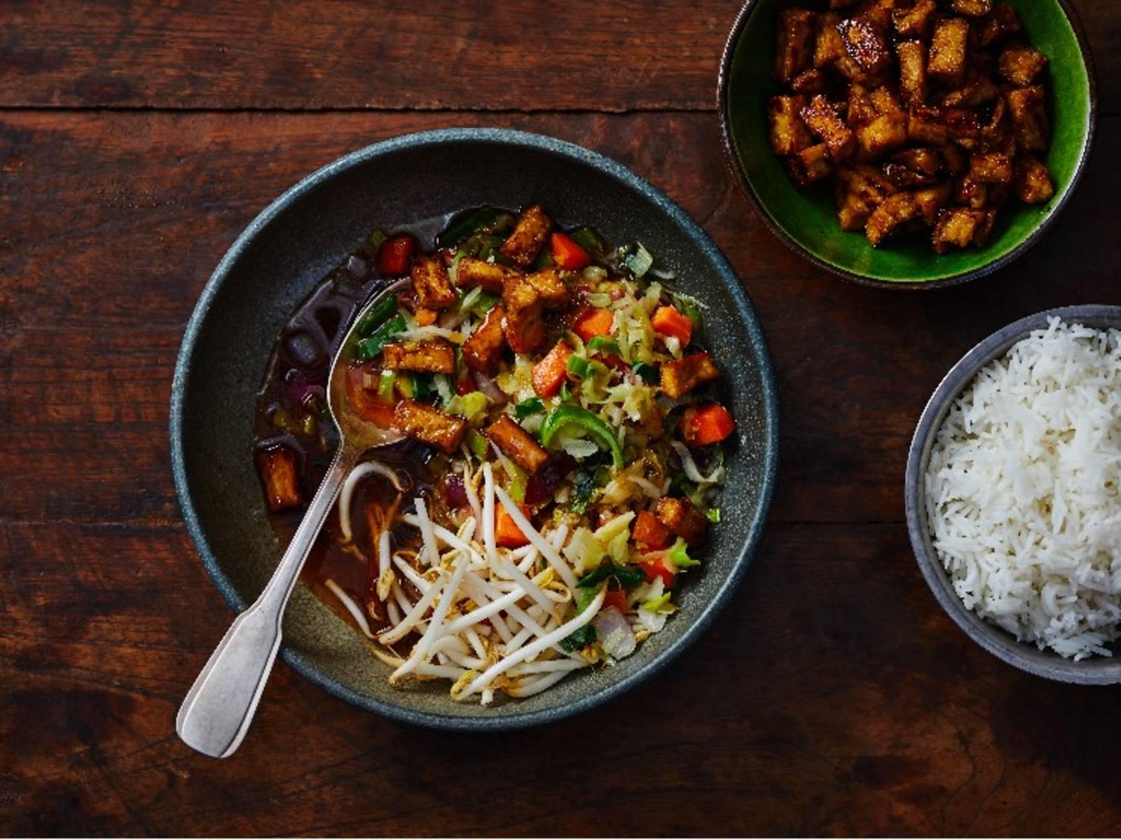 Gewokte groenten in teriyakisaus met gemarineerde tofublokjes