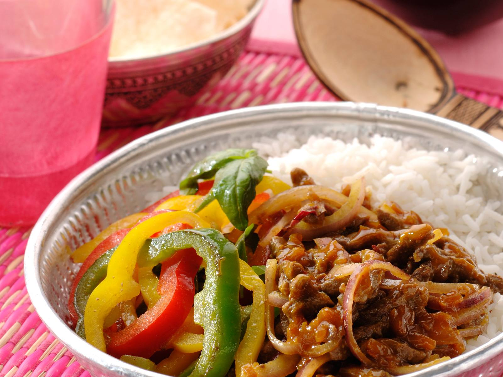 Rendang vlees met gewokte basilicum paprika