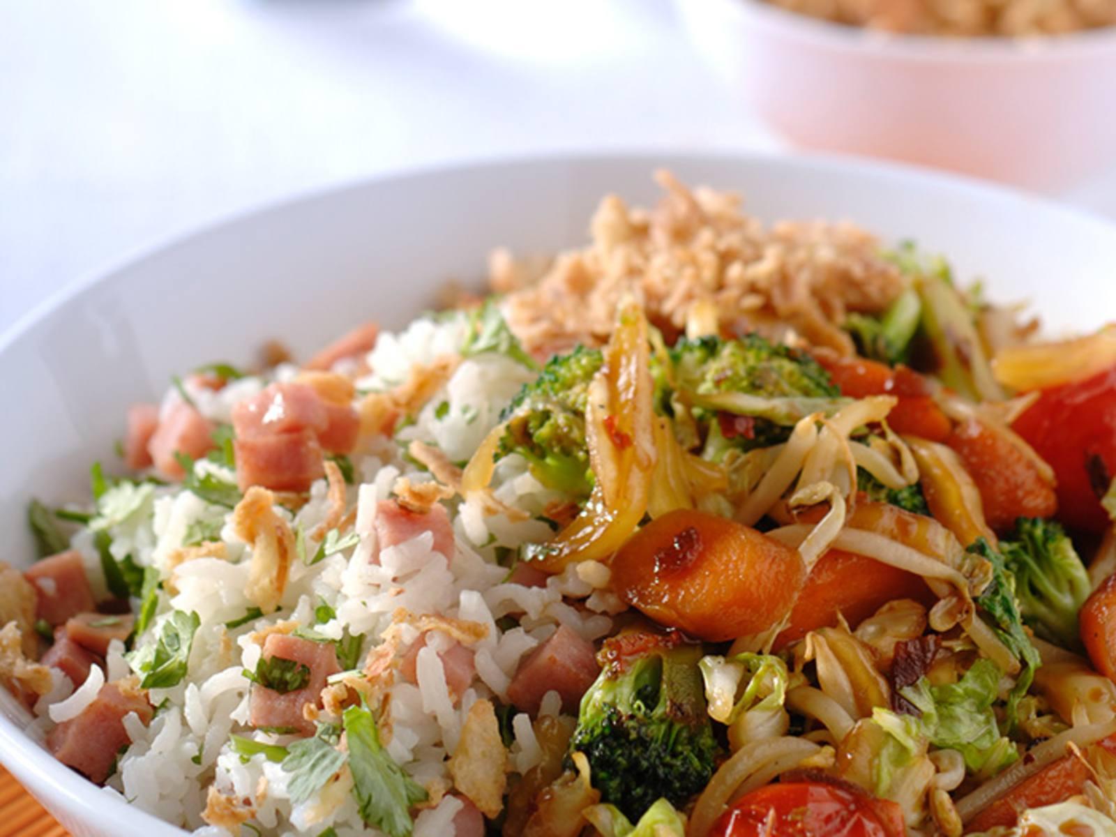 Gewokte sambalgroenten met gemengde rijst
