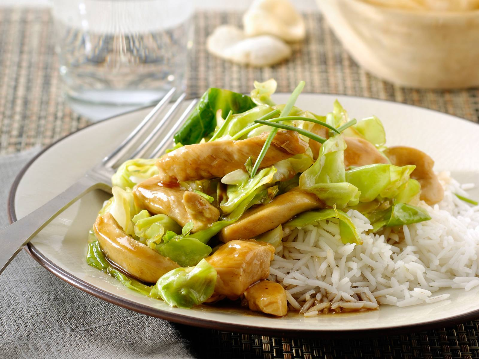 Gewokte kip met spitskool, bieslook en rijst