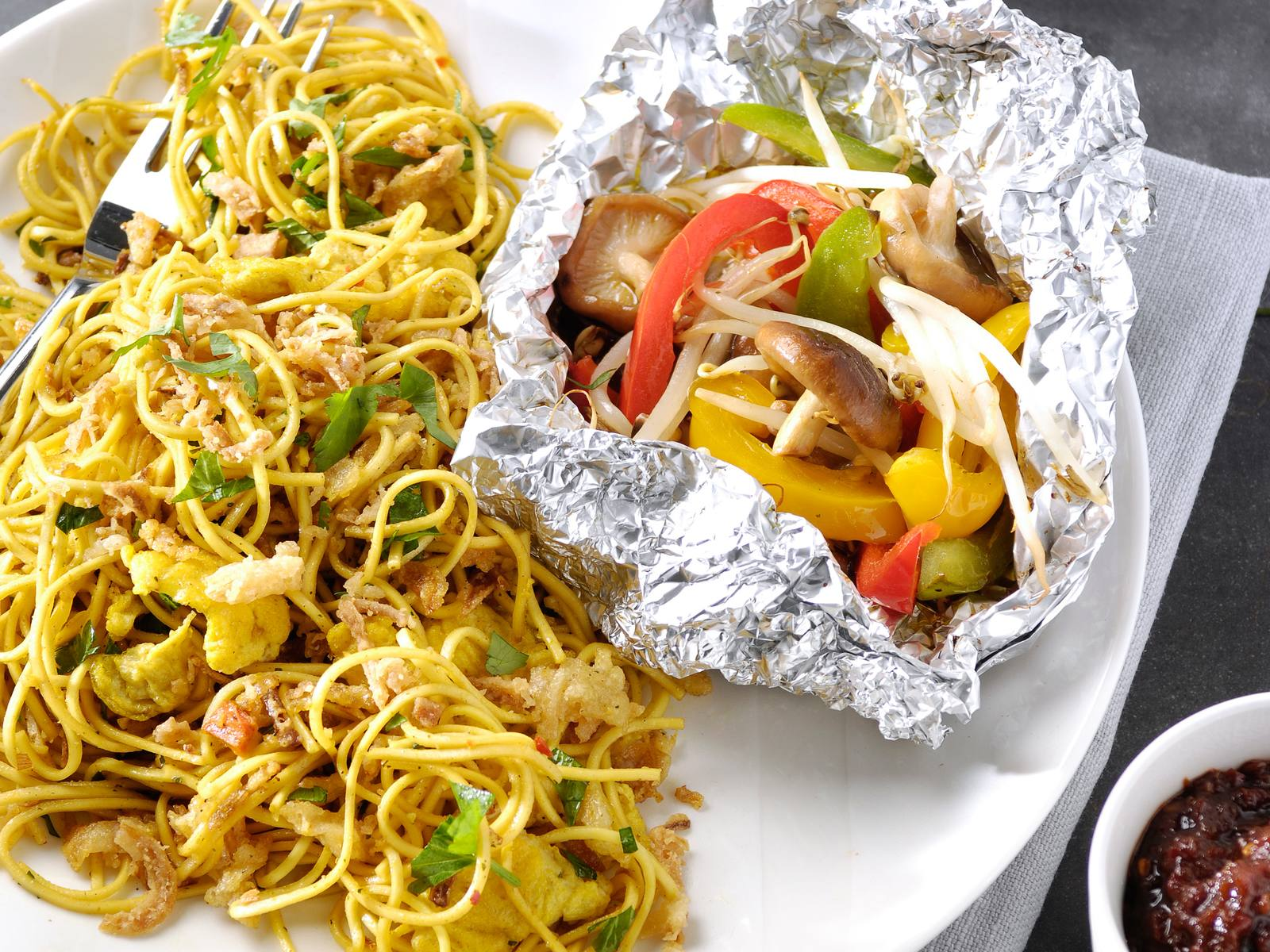 Ketjapbami en BBQ groentepakketjes en Gebakken Uitjes