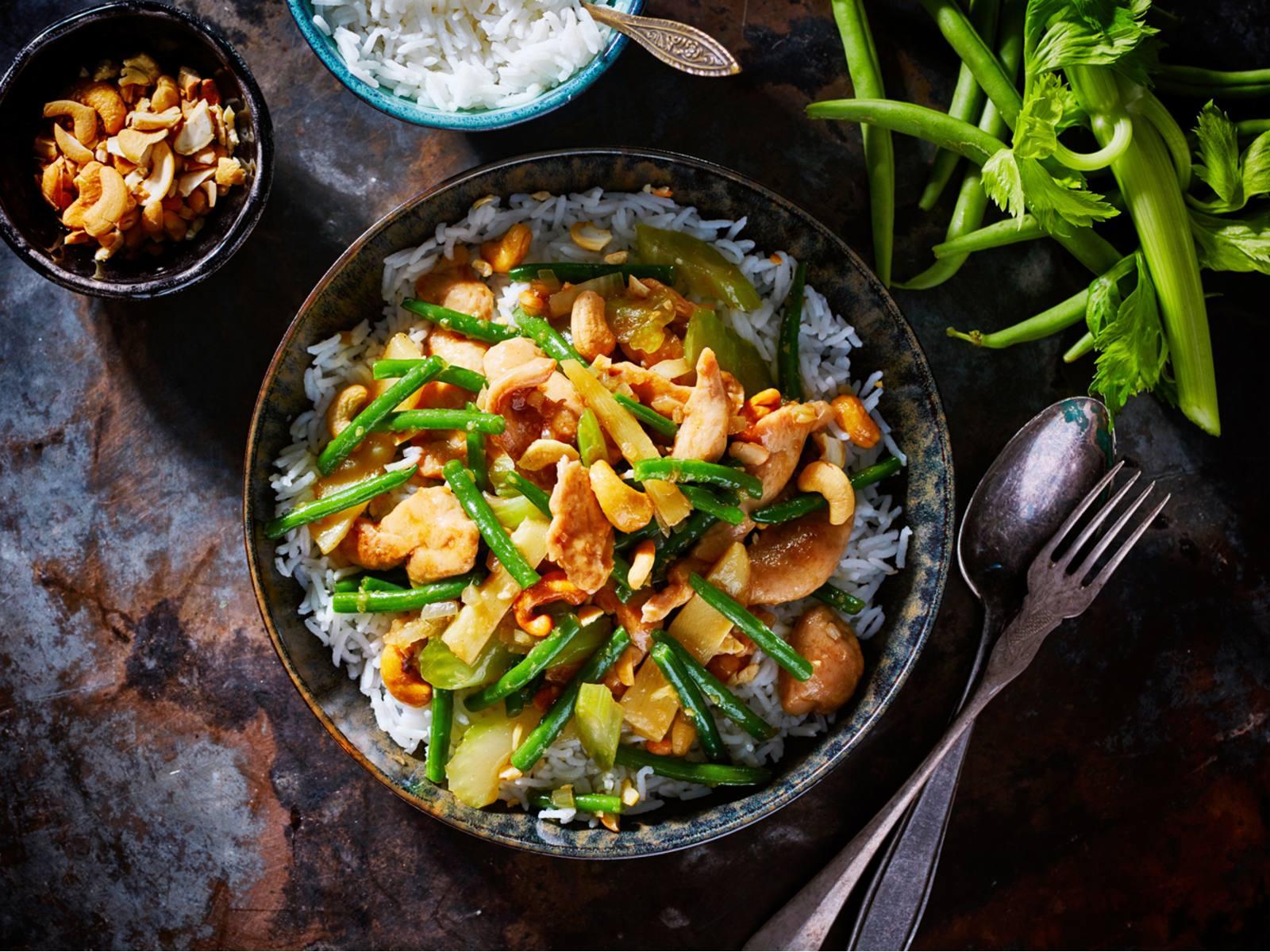 Chinese kip met cashewnoten en witte rijst