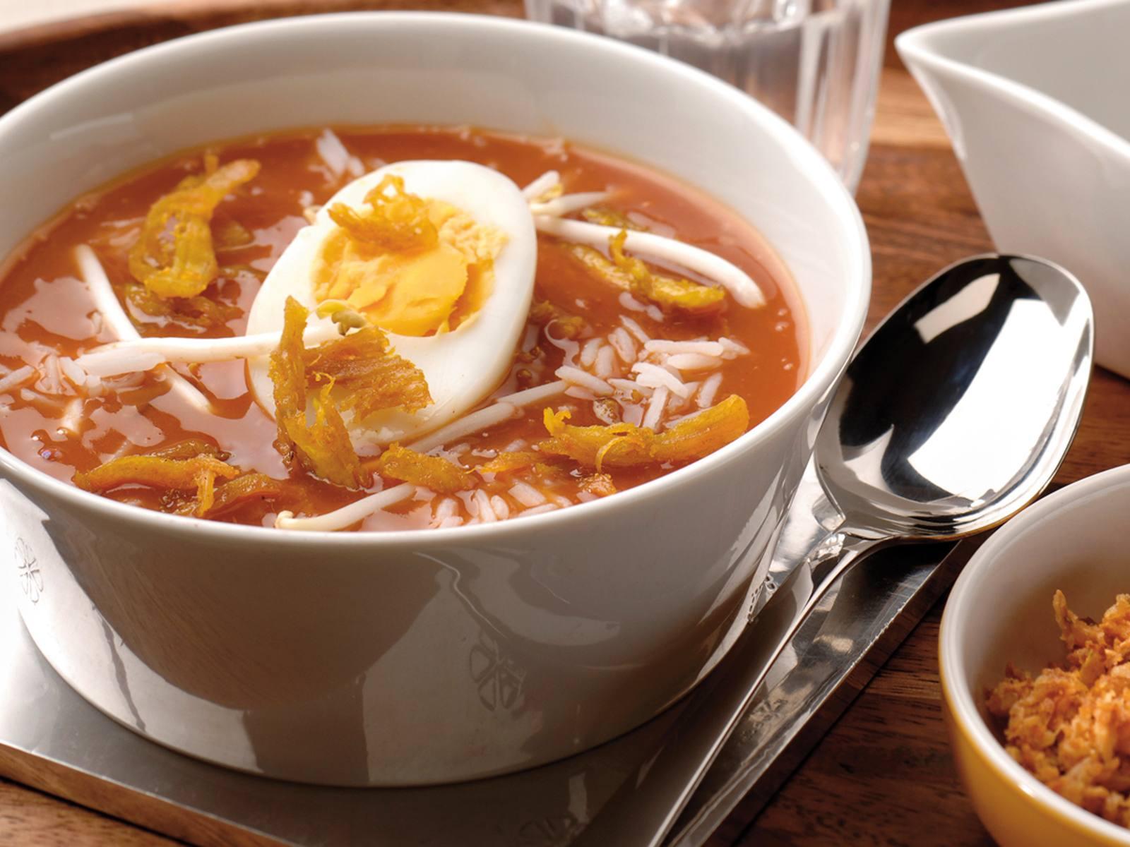 Soto Ajam Indonesische kippensoep met ei en taugé en rijst