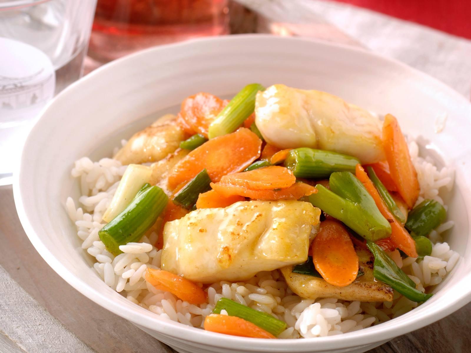 Gewokte knoflook koriander vis met worteltjes
