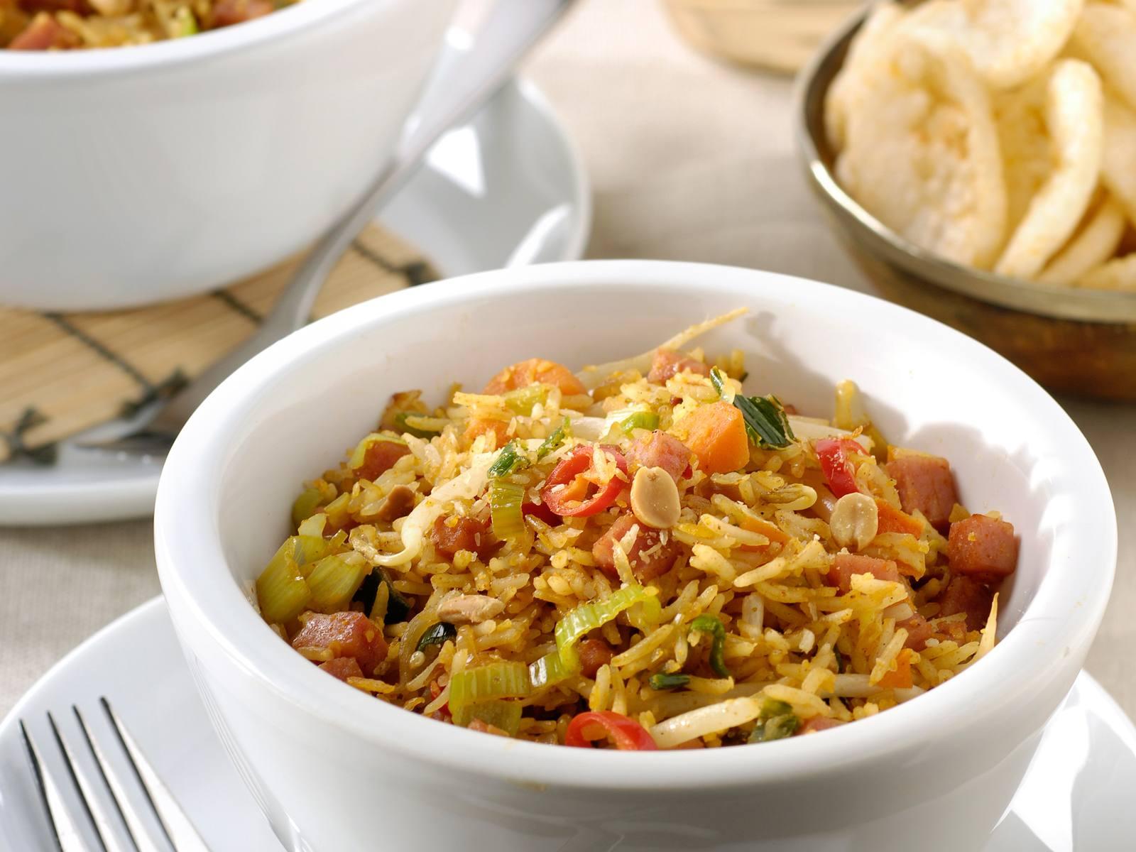 Kokos nasi goreng met hamblokjes en groenten