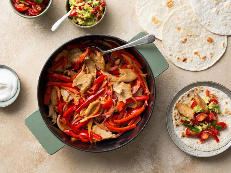 Fajitas mit veganen Chickeriki Streifen, Tomatensalsa und Guacamole