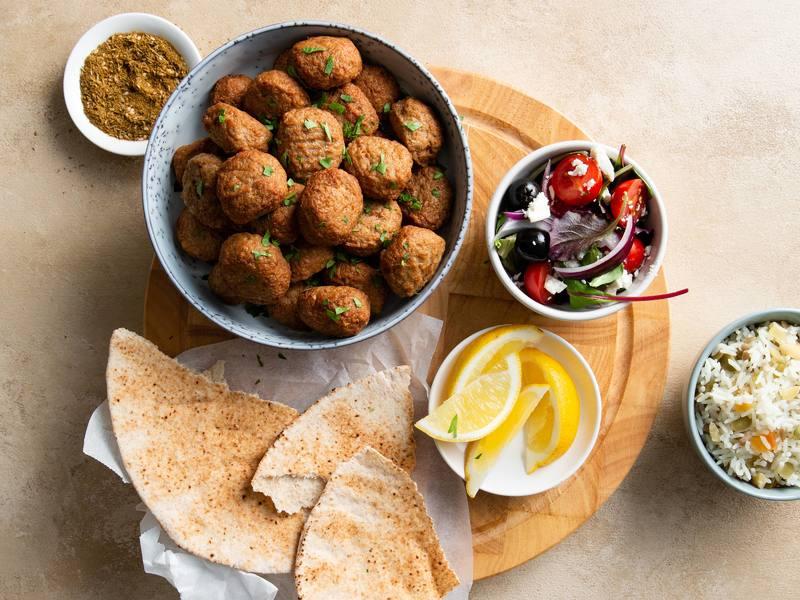 Mediterraanse Gehacktballetjes met Rijst en Griekse Salade