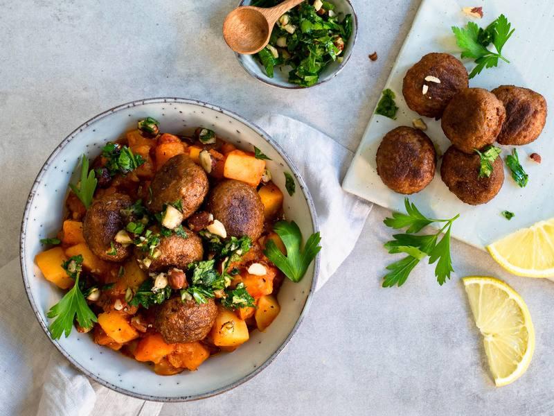 Kartoffel-Gulasch mit Ohne-Hick-Hack-Bällchen und Kräuter-Würz-Topping