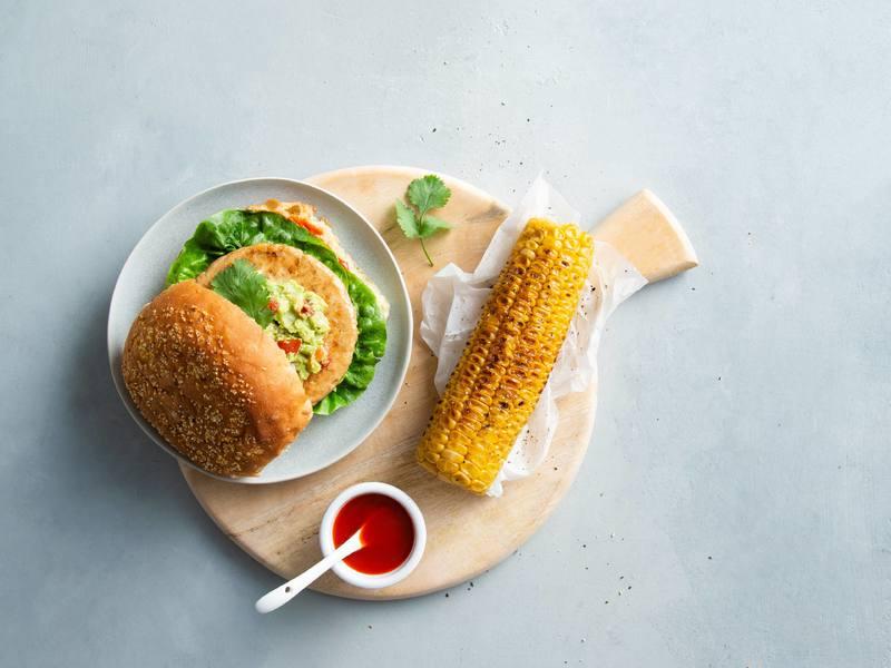Vegane Sieht-Chick-aus-Burger mit Guacamole und Mais