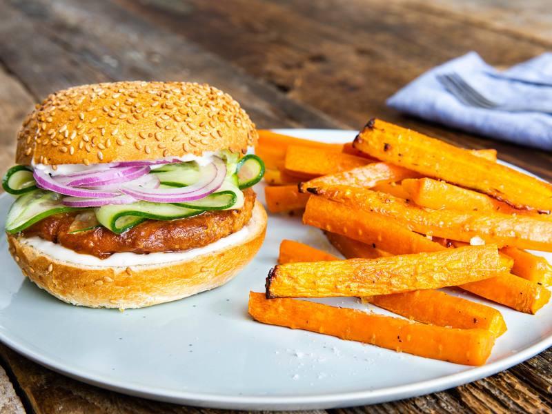 Vegan Bofkip-katsuburgers met misosaus en wortelfrietjes