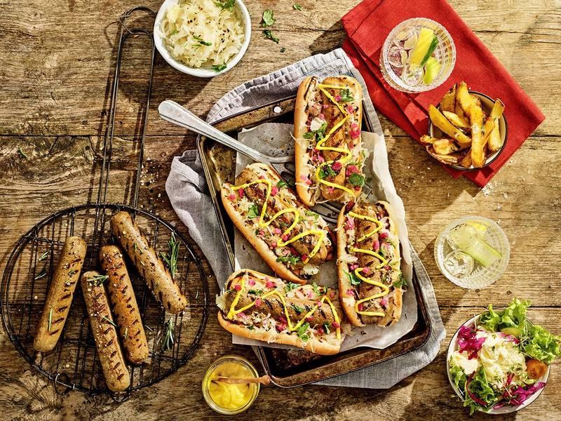 Broodje vegetarische Bratwurst met bier-gestoofde sauerkraut