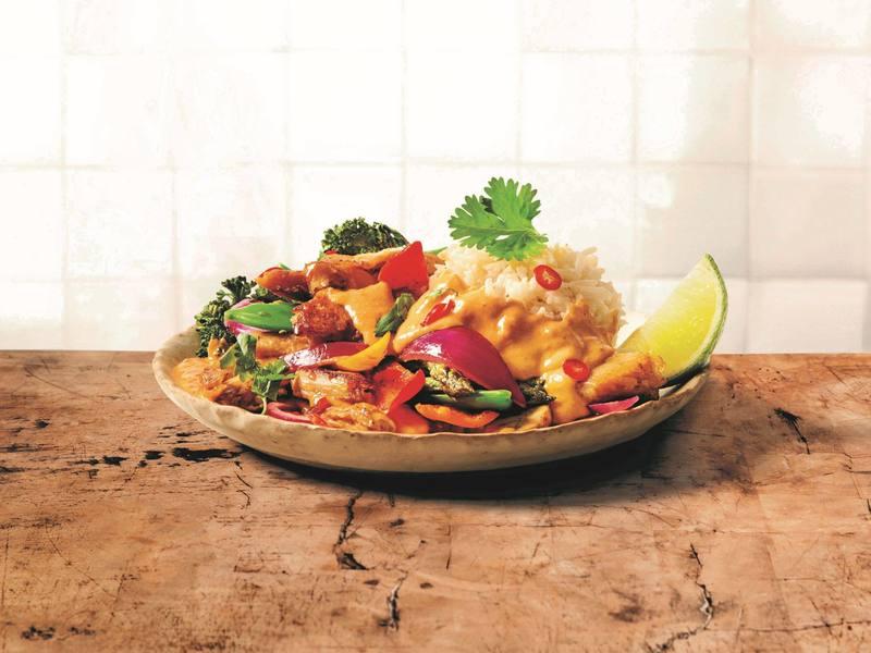 Rotes Gemüsecurry mit veganen Chickeriki Streifen