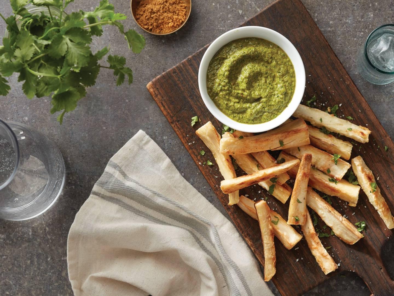 Frituras de yuca al horno con salsa cremosa de cilantro