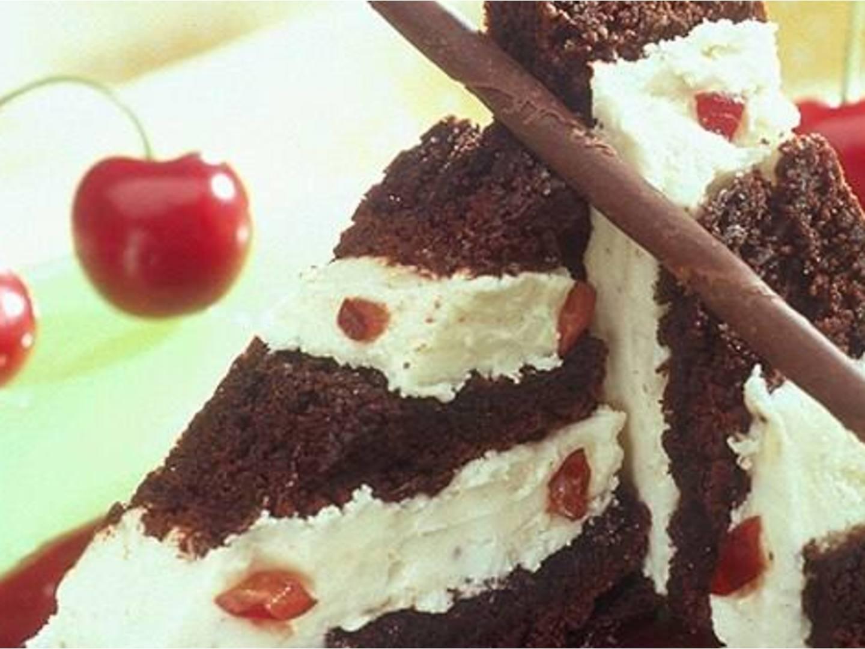 Pastel helado de chocolate y cereza