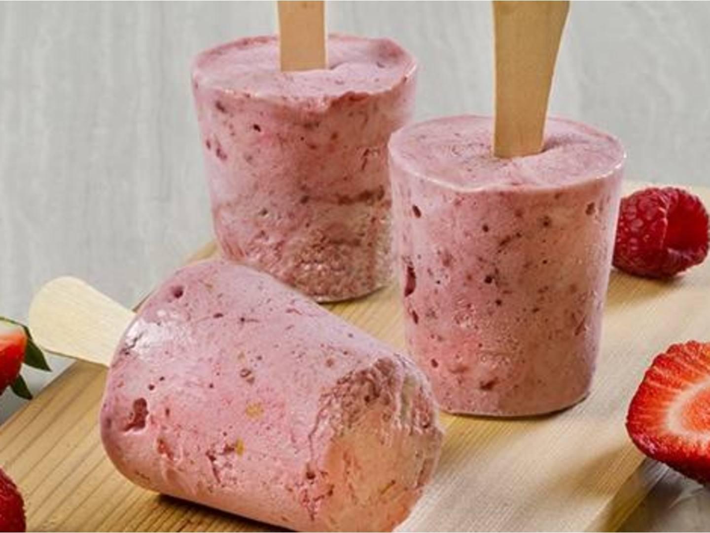 Pops helados de pastel de fruta veraniegos