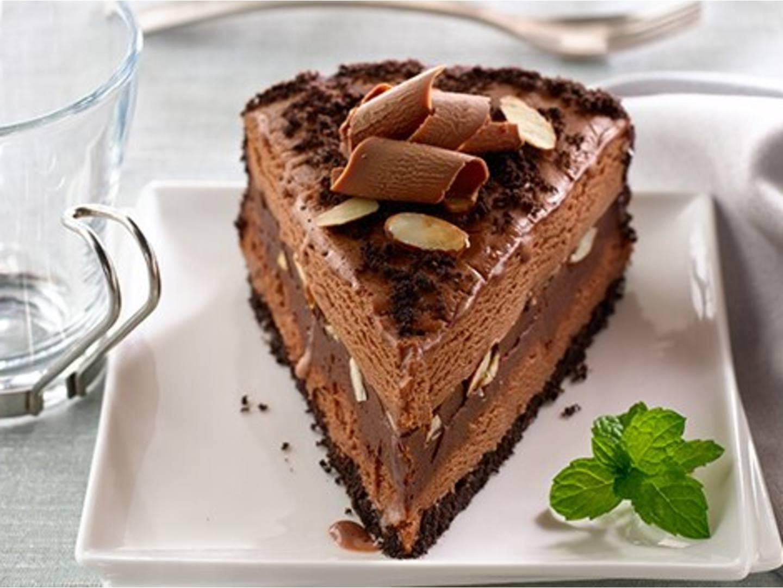 Torta helada con almendras y moca cubierta con ganache