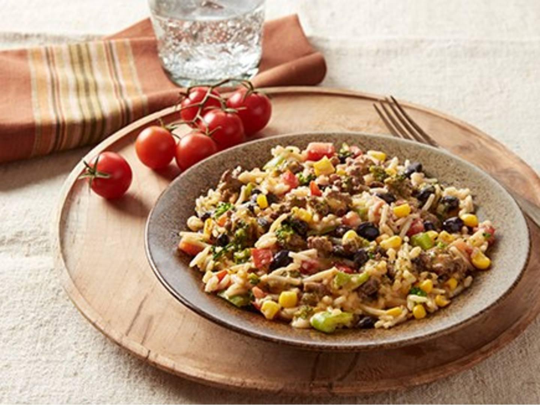 Frijoles negros y arroz con carne