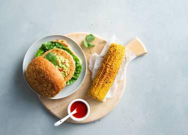 Vegane Sieht-Chick-aus-Burger mit Mais