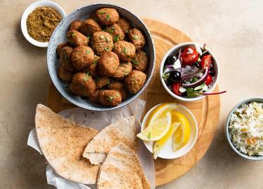 Albondiciosas vegetarianas estilo Mediterráneo con arroz y ensalada griega