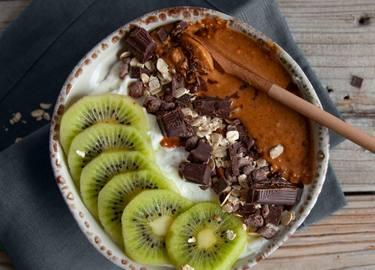 Frühstücksquark mit Schokomüsli und Erdnussbutter