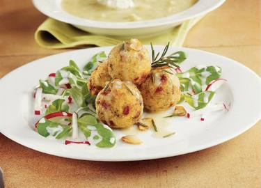 Knorr - Gebackene Speckknöderl auf Vogerlsalat mit Knoblauchsaft