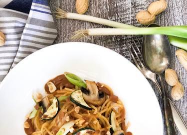 Pasta mit Zucchini, Champignons und Erdnusssauce