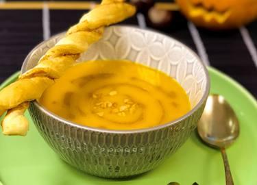 Kürbissuppe mit Erdnussbutterswirl und Knusperstangen