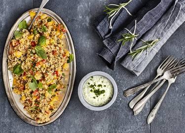 Kvinoasalaatti ja minttukastike