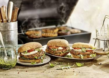 Vegetarische mc² Burger met pesto op een ciabattabroodje