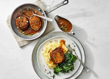 Vegetarische Gehacktbal met aardappelpuree en spinazie