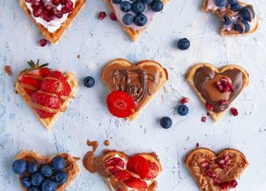 Waffel Herzen mit Erdnussbutter und Frucht-Topping