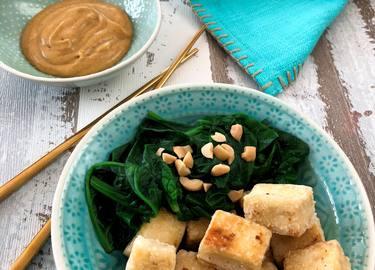 Tofu mit Spinat und Curry-Erdnusssauce