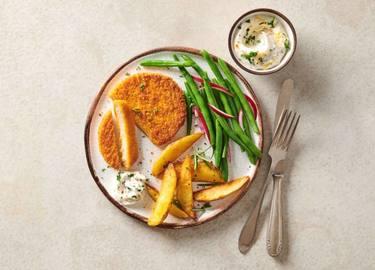 Vegan Pluimfeest Burger met gebakken aardappelen en sperziebonen