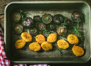 Vegane Beflügel-Nuggets mit marinierten Zwiebeln