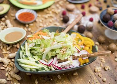Salatbowl mit Erdnussdressing
