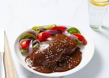 Pollo en Mole con Verduras Salteadas