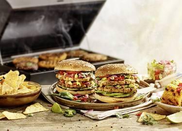 Veganer Double Sieht-Chick-aus Burger mit Chipotle Soße