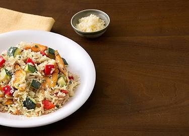 Arroz Pilaf con pollo, calabaza verde y pimientos morrones asados