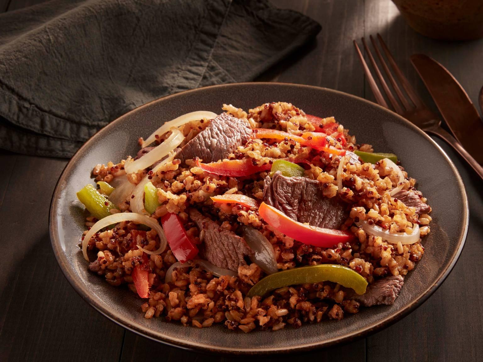 Bistec y pimiento morrón con arroz integral y quinoa