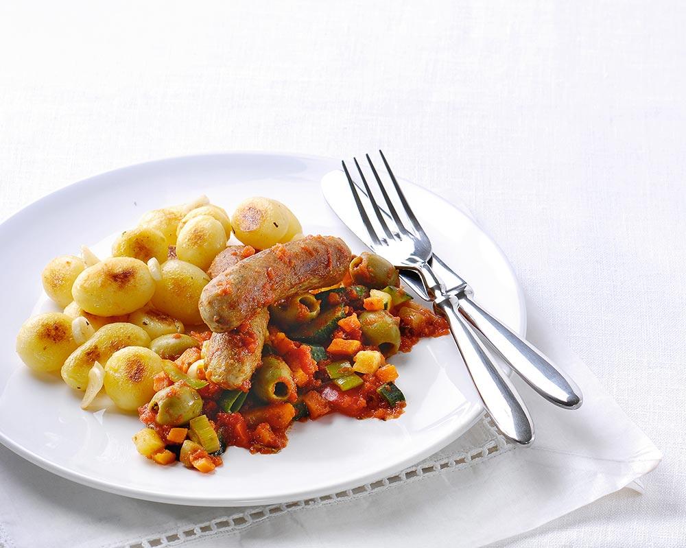 Pittige worstjes en groenten met olijven en aardappeltjes