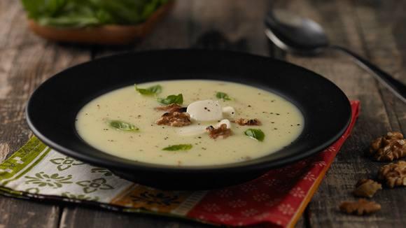 Sopa crema de choclo Knorr con mozarela, albahaca y nueces.