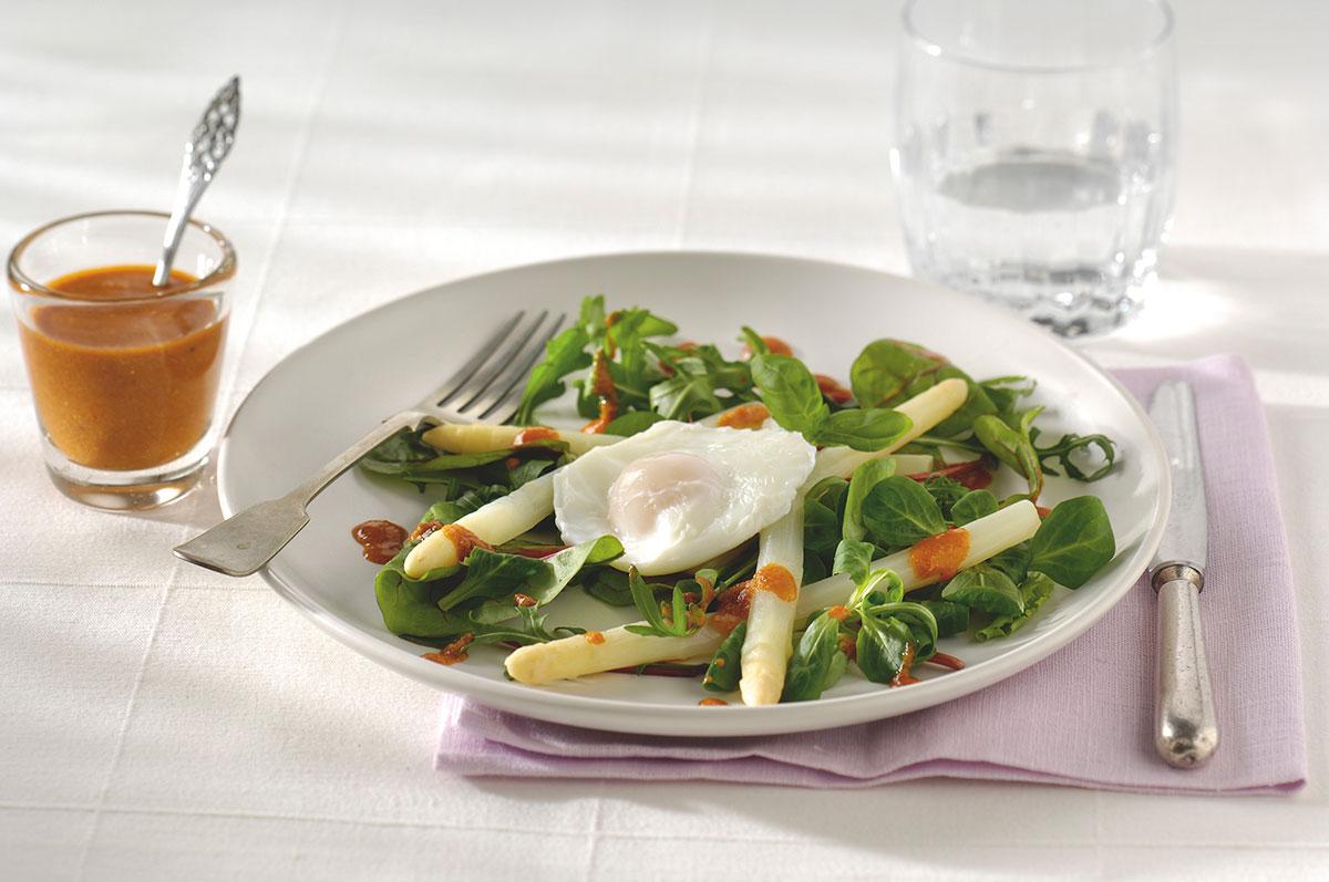 Italiaanse aspergesalade met gepocheerd eitje en pestodressing