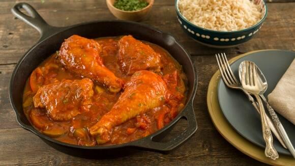 Verde piernas pollo y salsa muslos en